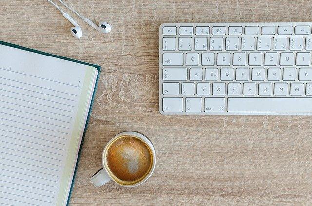 káva u klávesnice.jpg