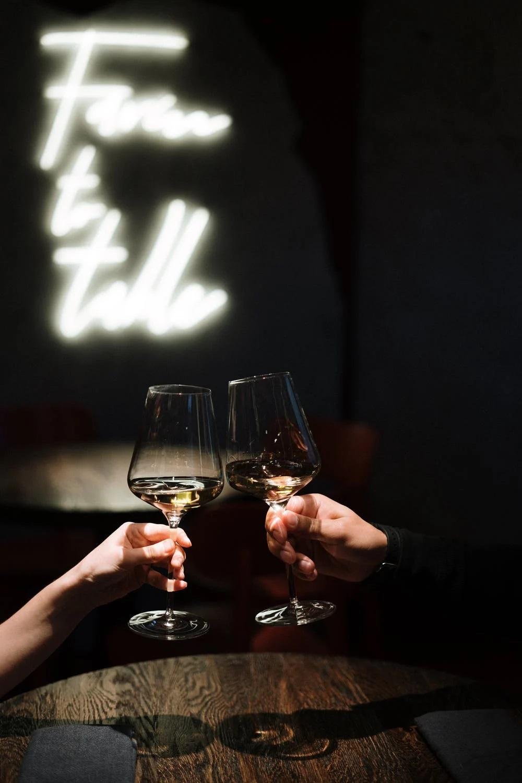 přípitek vínem